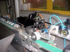 Cette installation produit, par extrusion, des cathéters en matière plastique.
