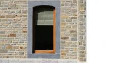 Encadrement des fenêtres en pierre bleue