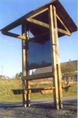 Panneaux d'information avec toit et bancs